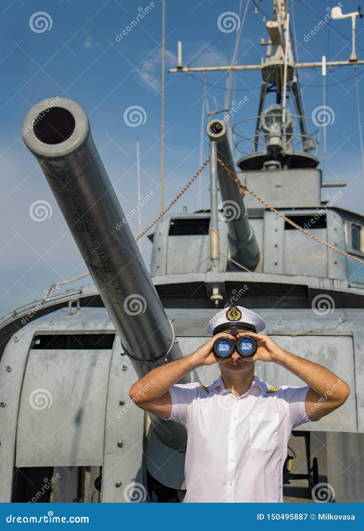 战舰的一名水手官员看与双眼