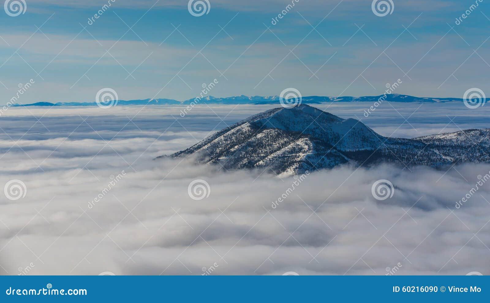 戳通过云彩的山上面