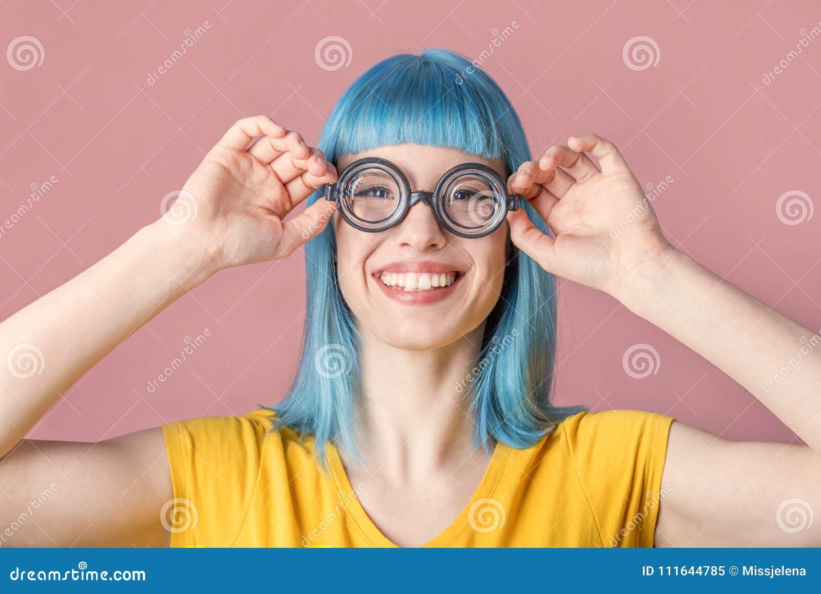 戴滑稽的眼镜的少妇