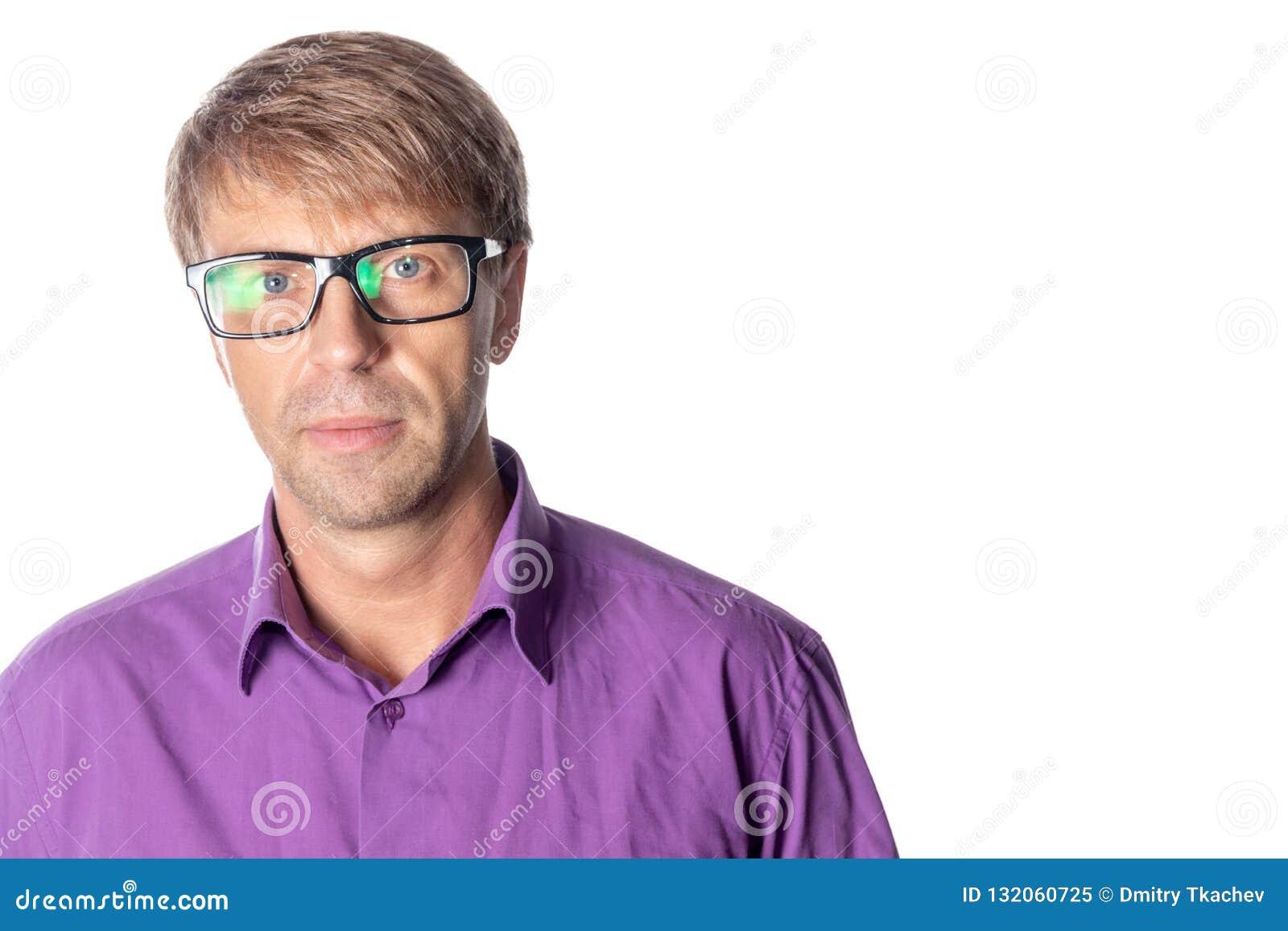 戴眼镜的严肃的中年人在白色背景 时髦的人佩带的玻璃,看照相机