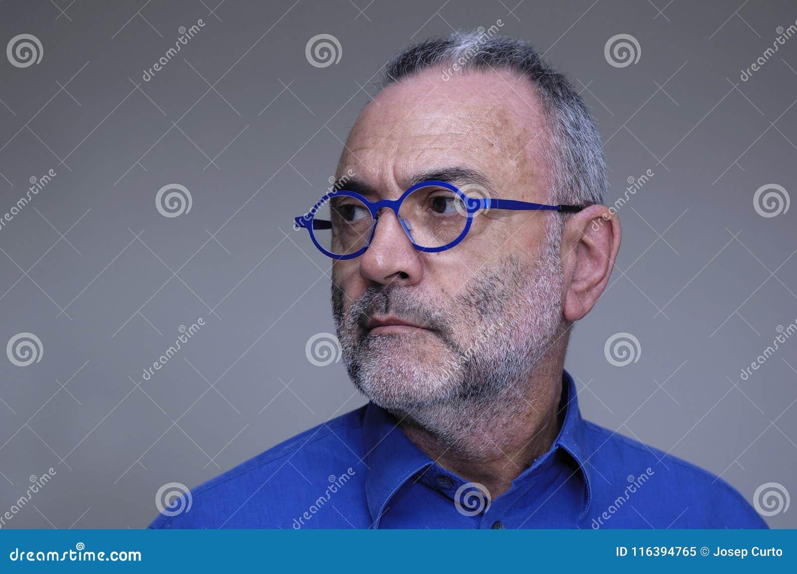 戴蓝色衬衣和眼镜的人
