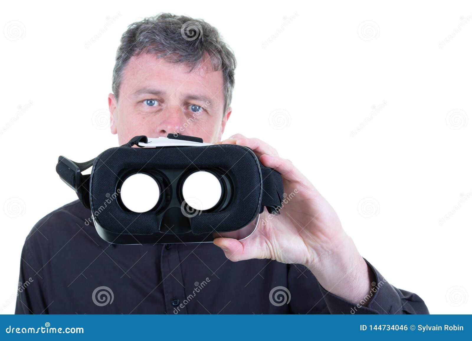 戴3D虚拟现实眼镜的人在白色背景的手上