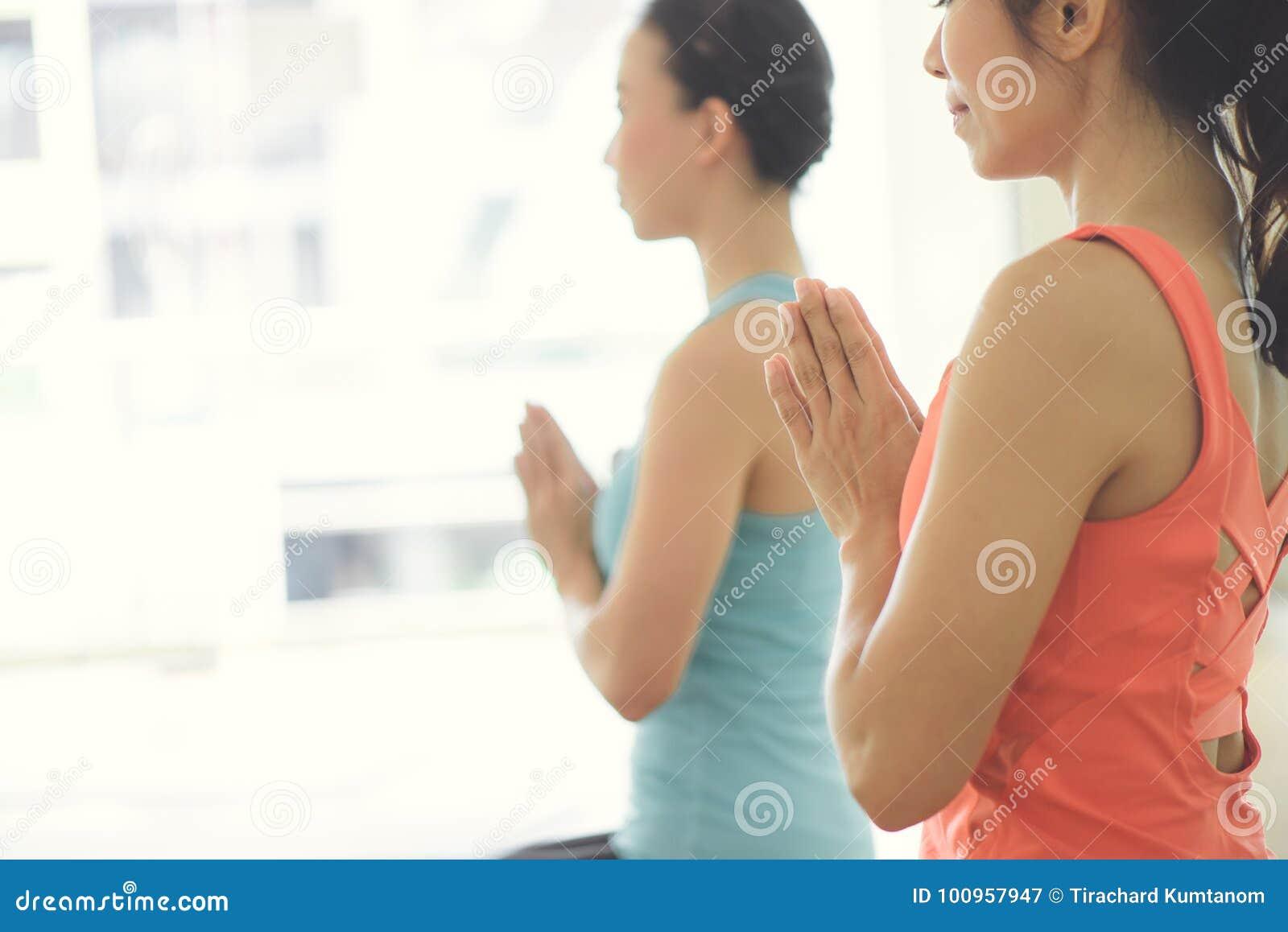 户内少妇瑜伽保留安静并且思考,当实践瑜伽探索内在和平时