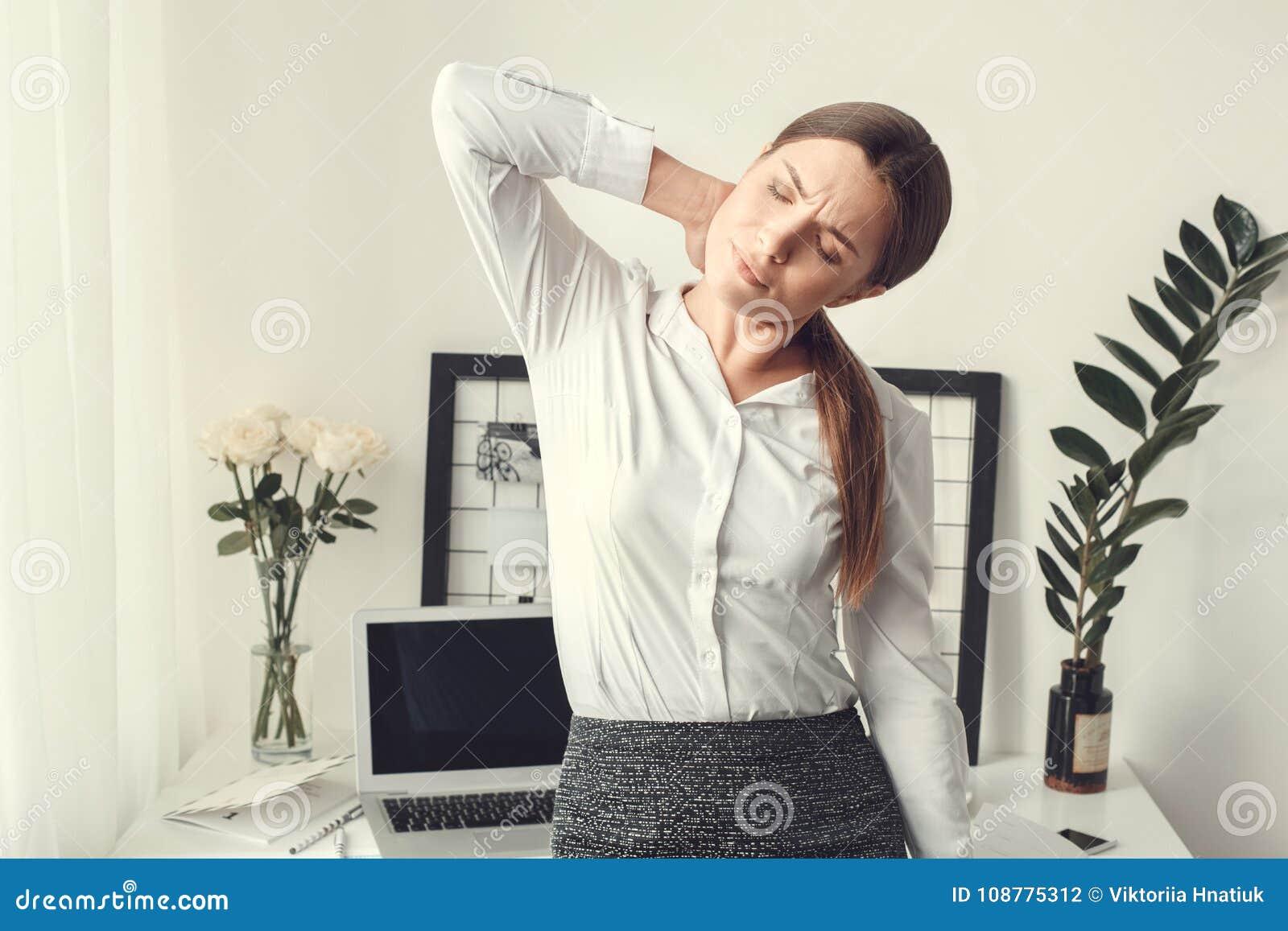 户内少妇自由职业者家庭办公室概念正式样式肌肉痛