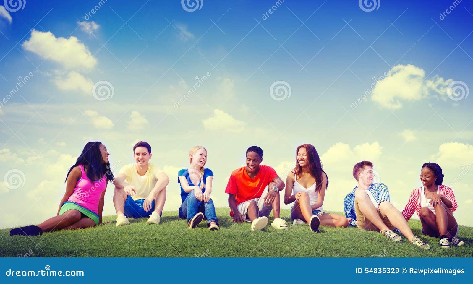 户外小组朋友不同的快乐的乐趣队概念