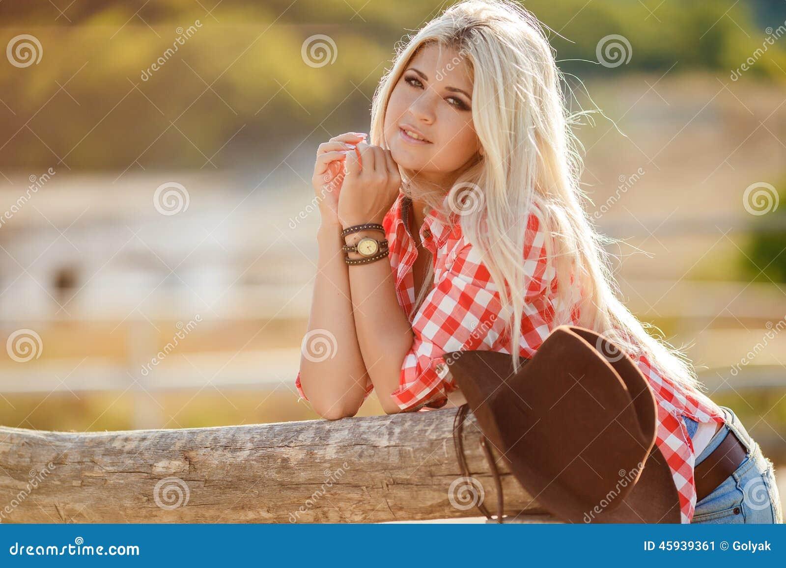 干了女儿和她的两个美丽女同学_户外新美国女牛仔妇女纵向 问好美丽的自然的妇女看照相机 女孩她的