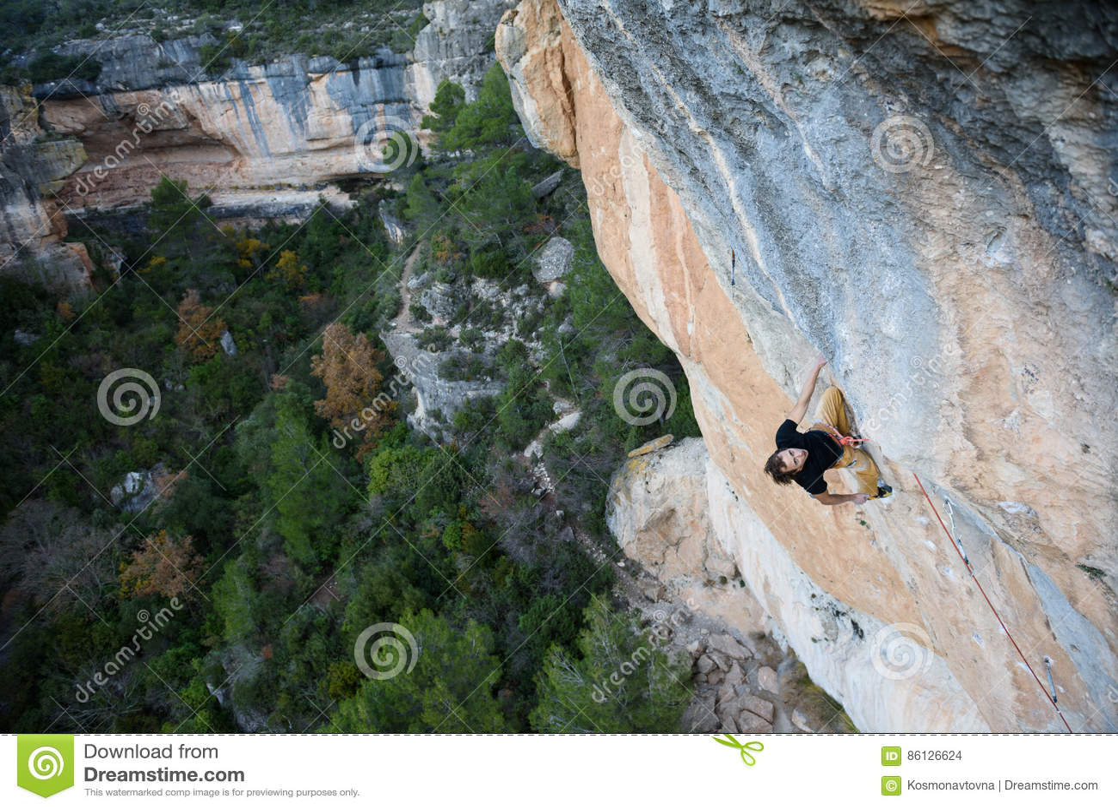 户外运动 有的攀岩运动员峭壁的一基于 极端体育上升
