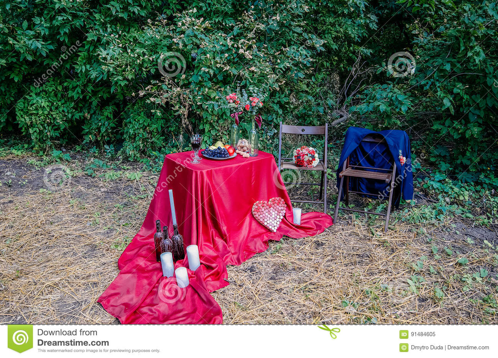 户外Edding装饰 杯酒、板材用果子和花卉装饰在桌上