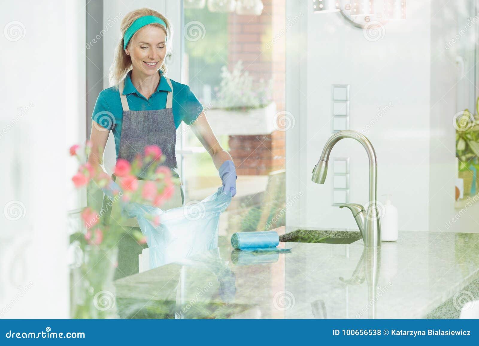 房子清洁服务的妇女