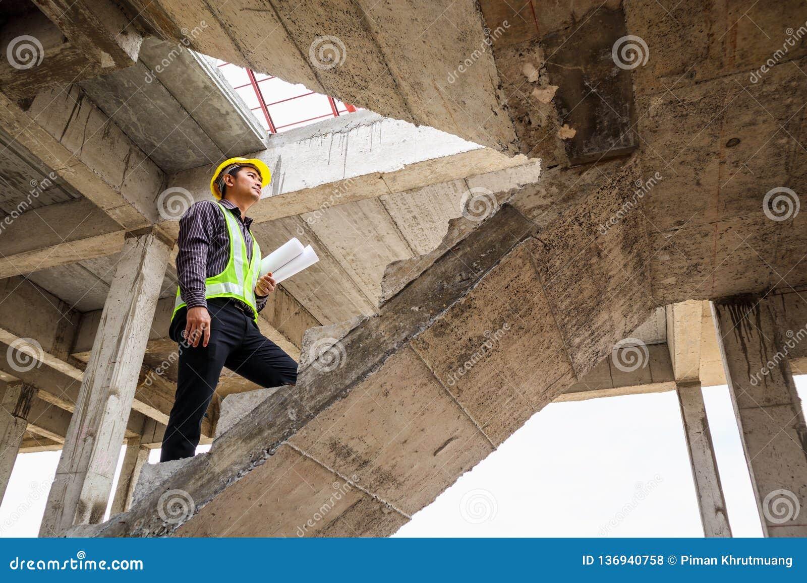 房屋建设工地工作的专业工程师工作者