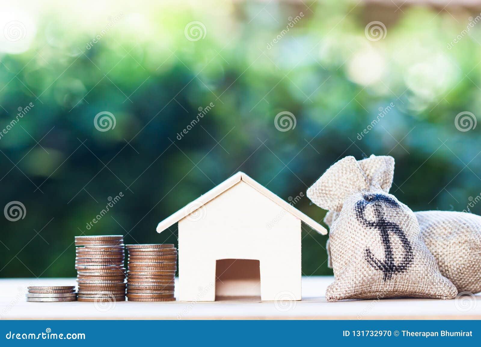 房屋贷款,抵押,债务,家庭买的概念的储款金钱:在金钱袋子的美元,小住宅,房子模型