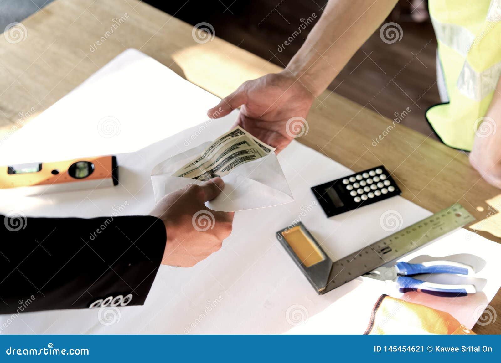 所有者或上司手顶视图捐钱的给雇员或雇用的人他的薪水或薪金的在桌 付款在纸
