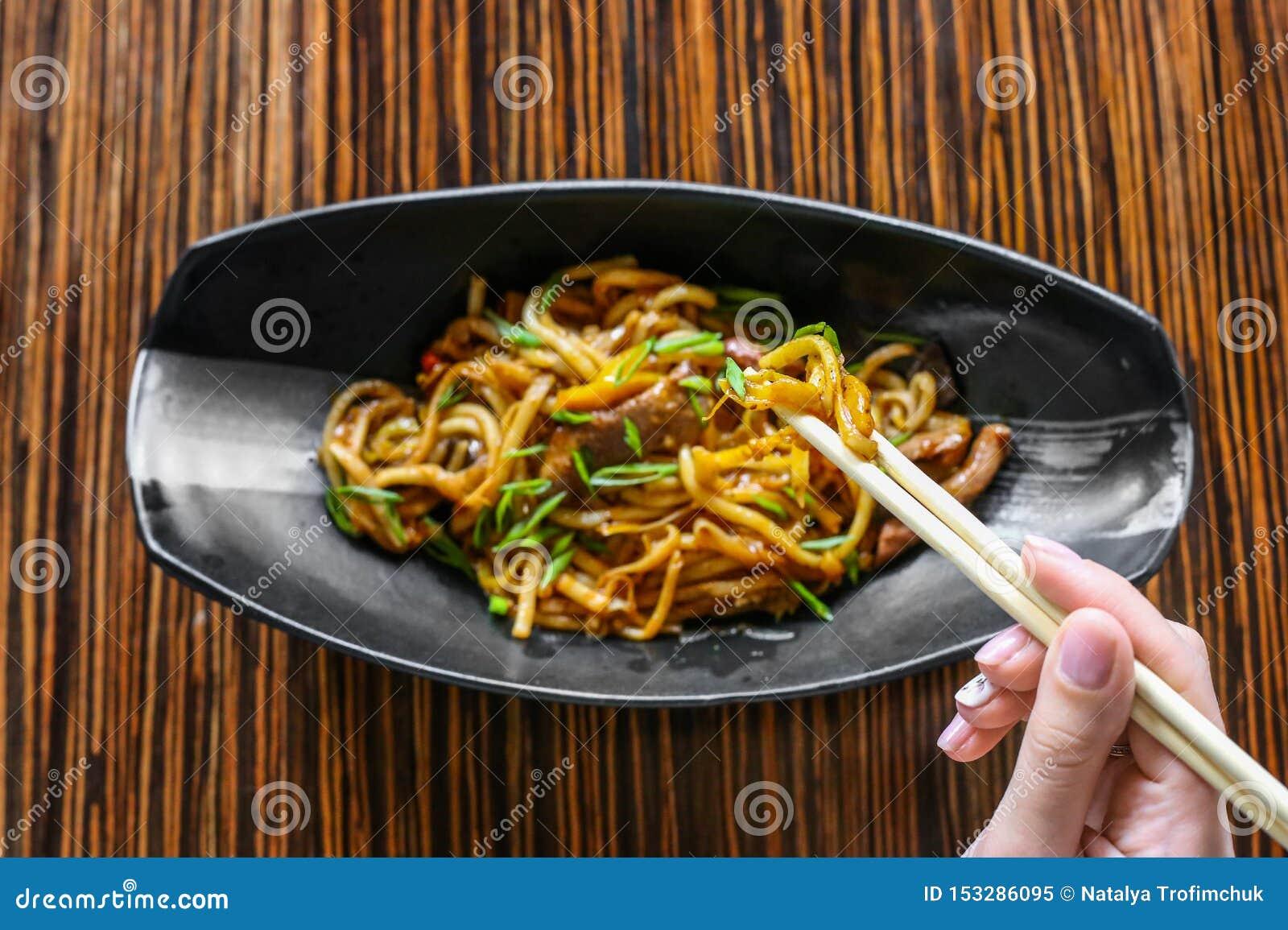 手使用筷子对提取鲜美面条 r