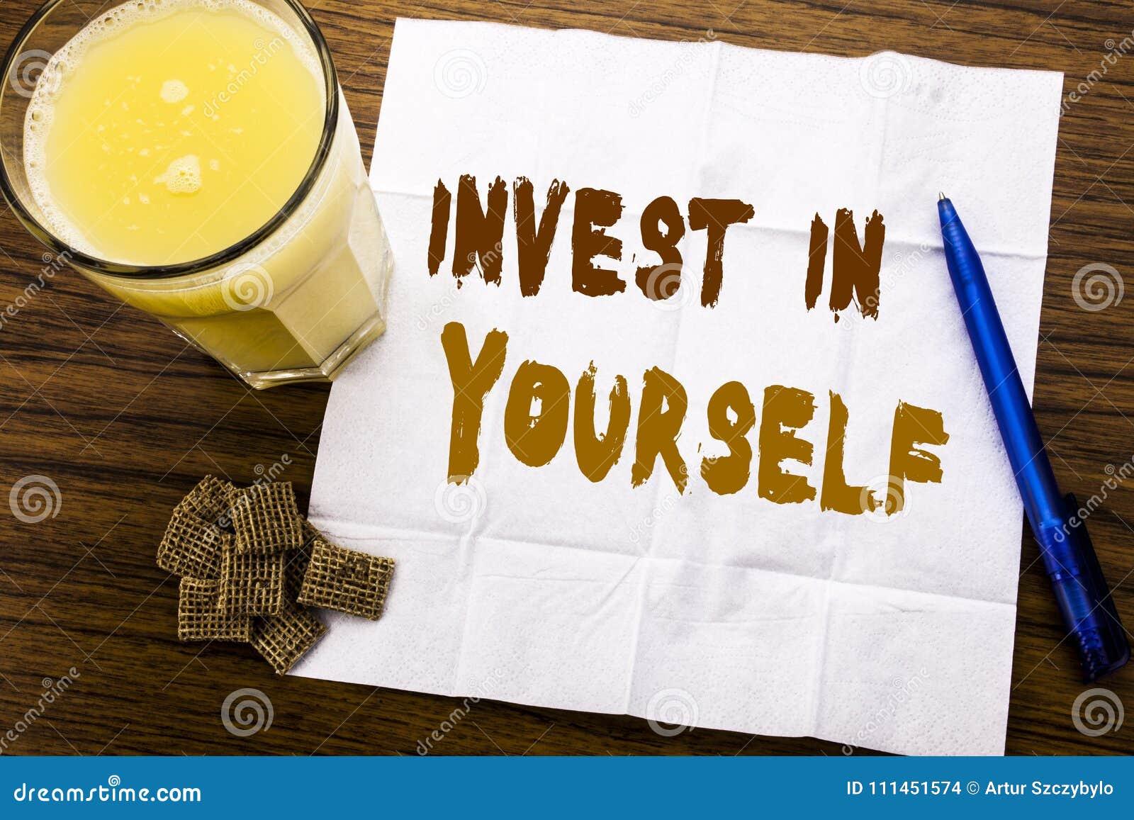 手写公告文本陈列在你自己投资 在木头的薄纸写的自已刺激的企业概念