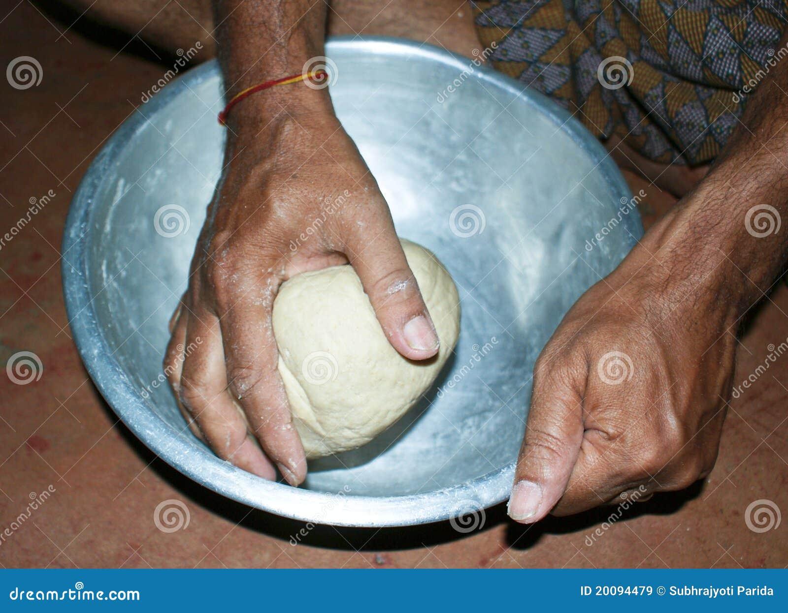 手动地揉面团的面粉