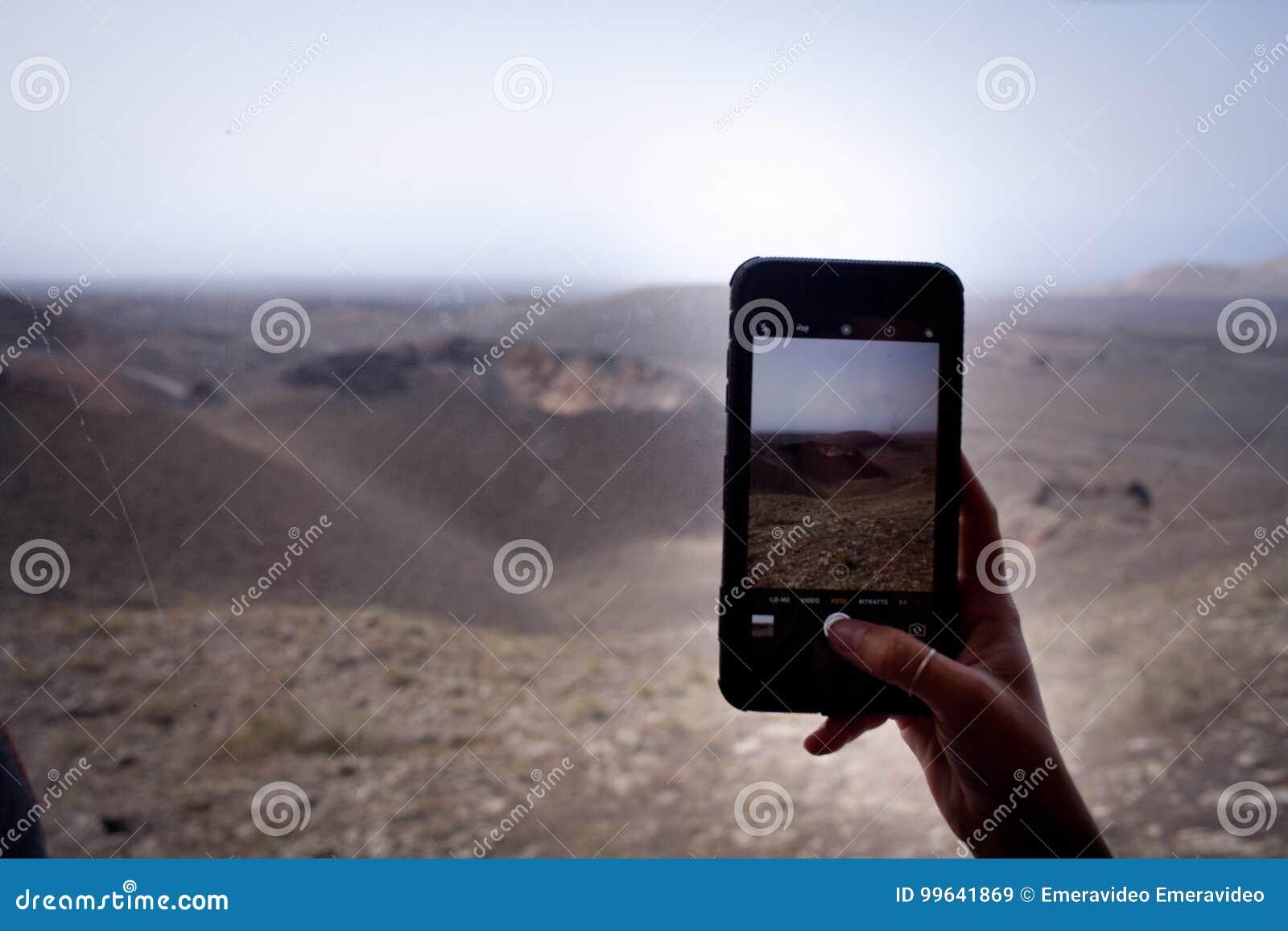 手在timanfaya公园采取一个图片丝毫智能手机