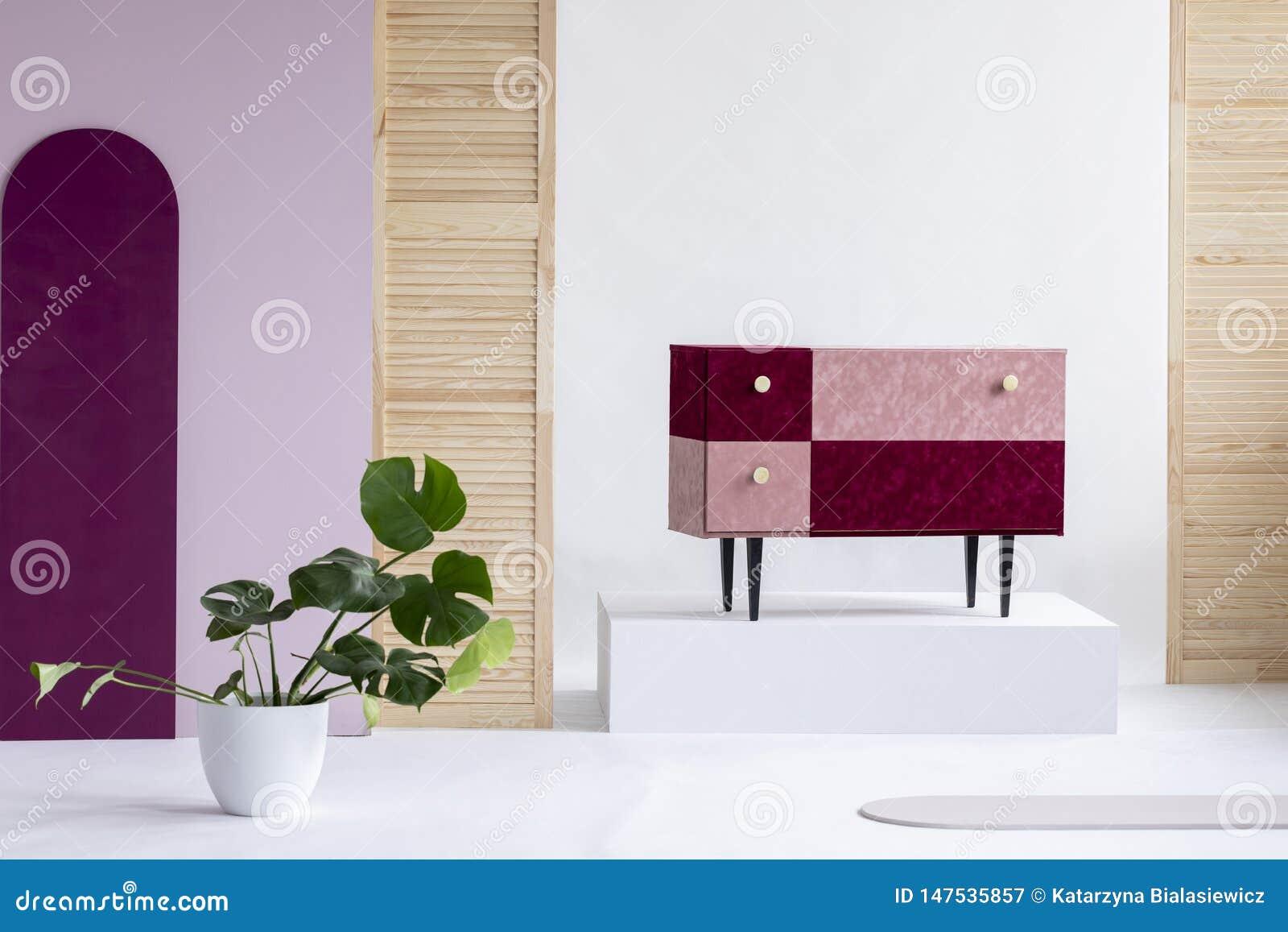 手工制造天鹅绒粉红彩笔和伯根地洗脸台在典雅的白色内部