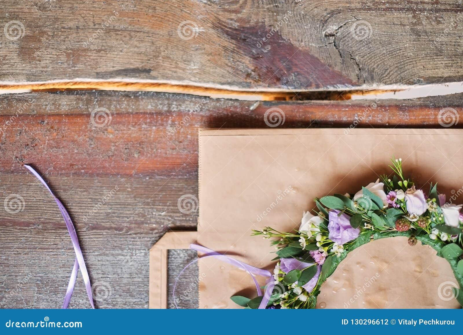手工制造花卉冠状头饰在木背景做了花说谎 头状花序穿戴时兴的手工制造花圈  手制作了fa