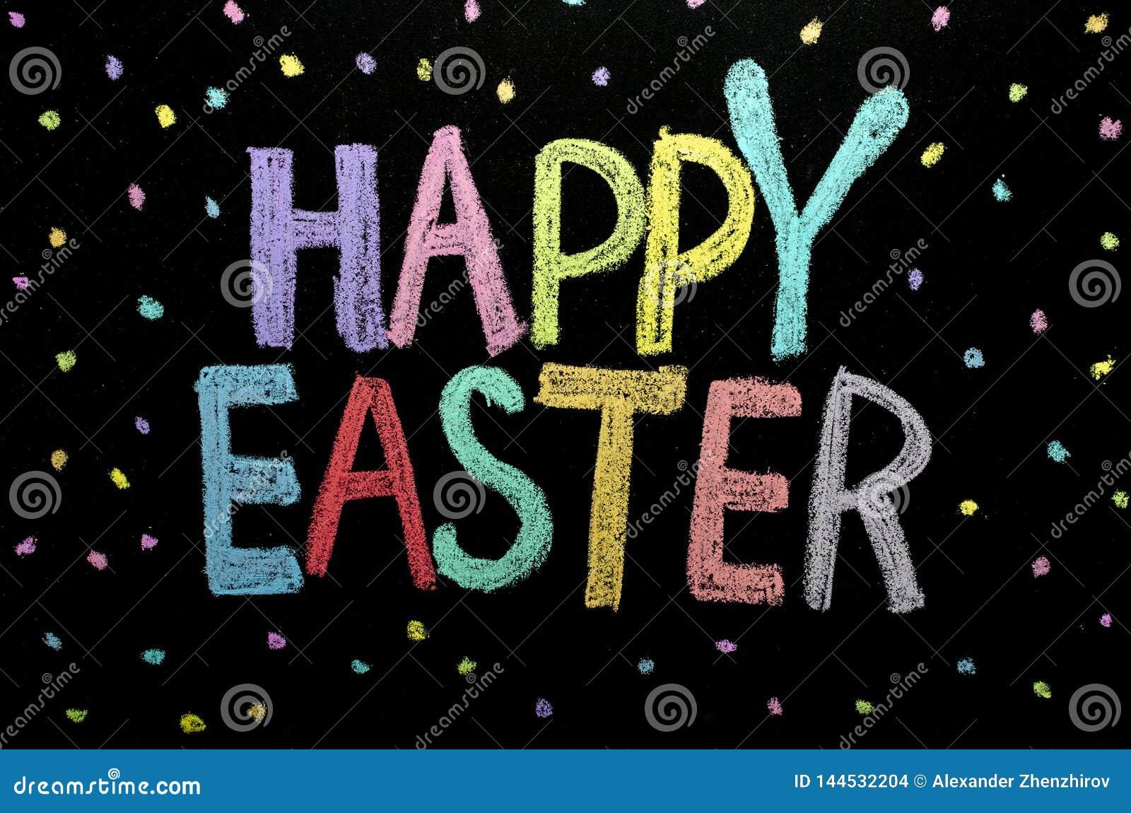 手拉的文本'复活节快乐'在黑板