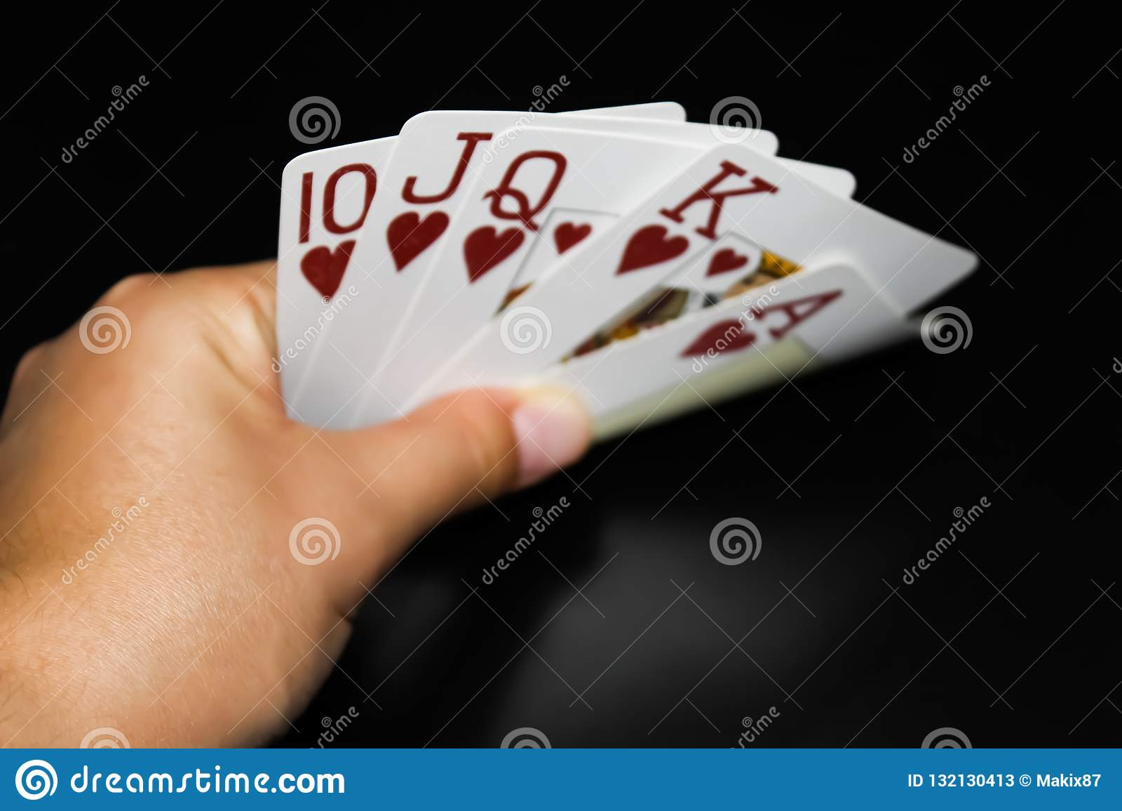 手拿着在黑背景的卡片