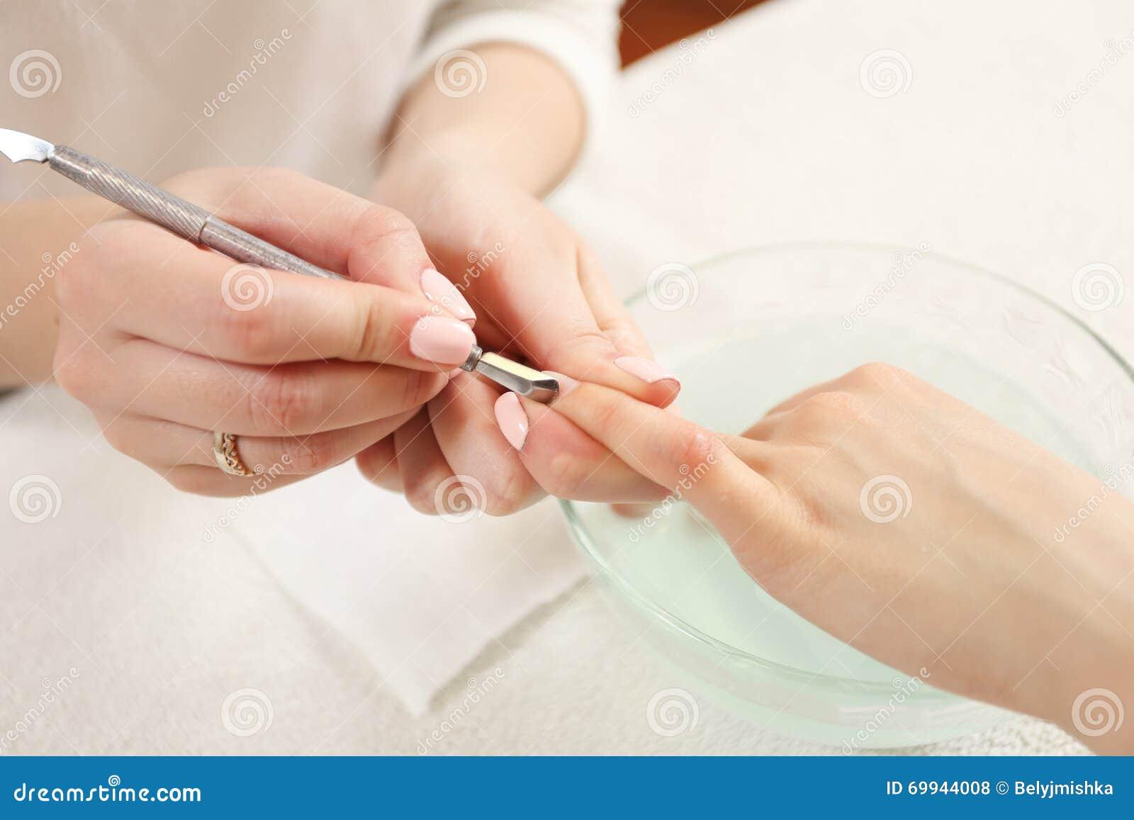 手指由修指甲专家的钉子关心