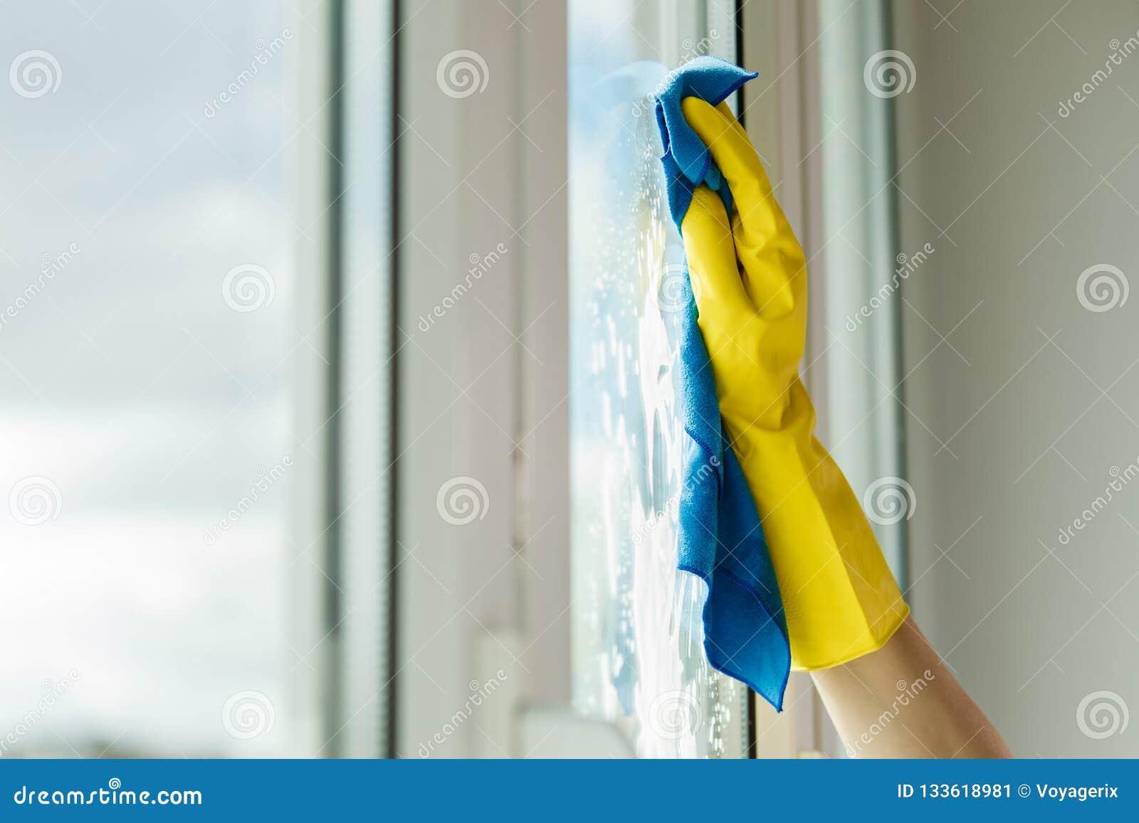 手清洁窗口在家使用洗涤剂旧布