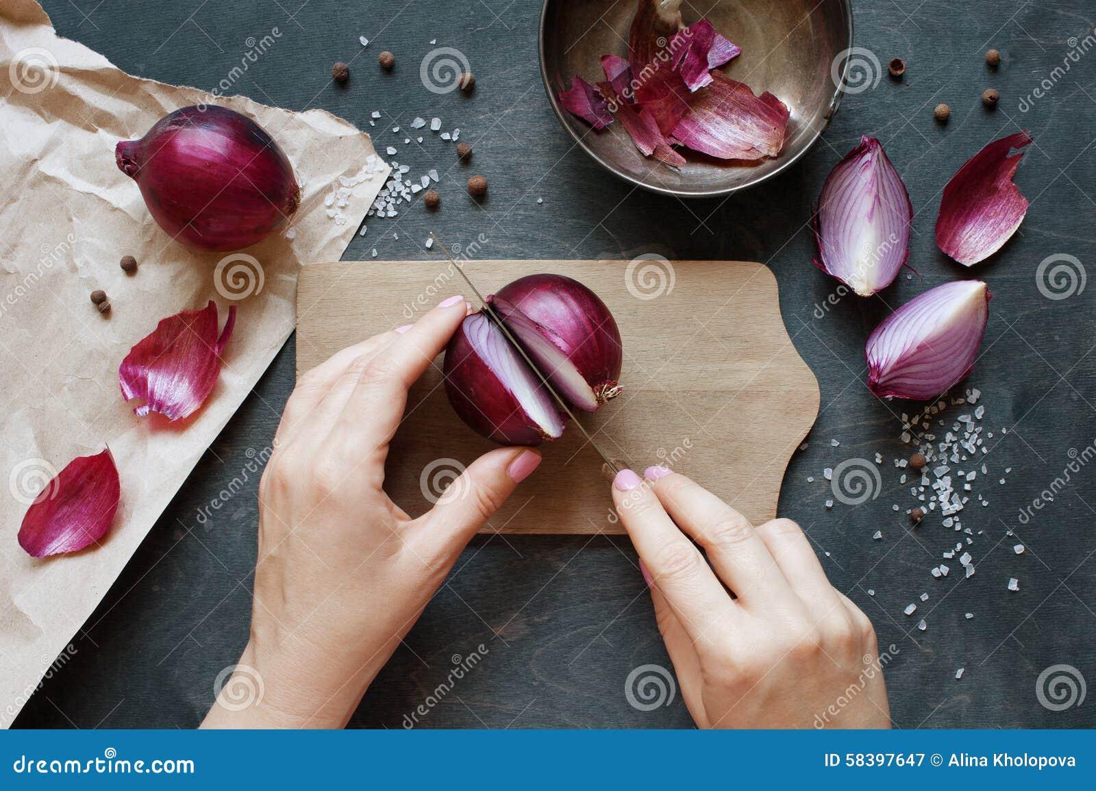 手被切的红洋葱