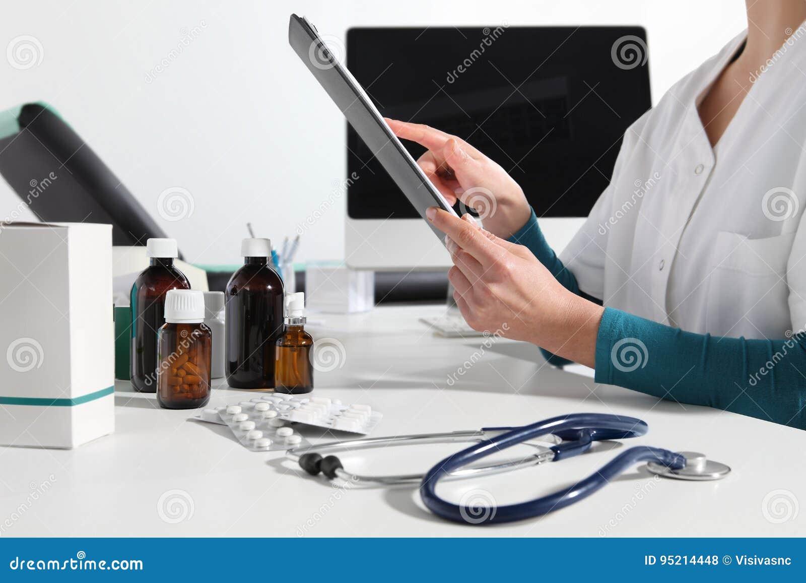 手医治使用数字式片剂关闭在书桌在办公室