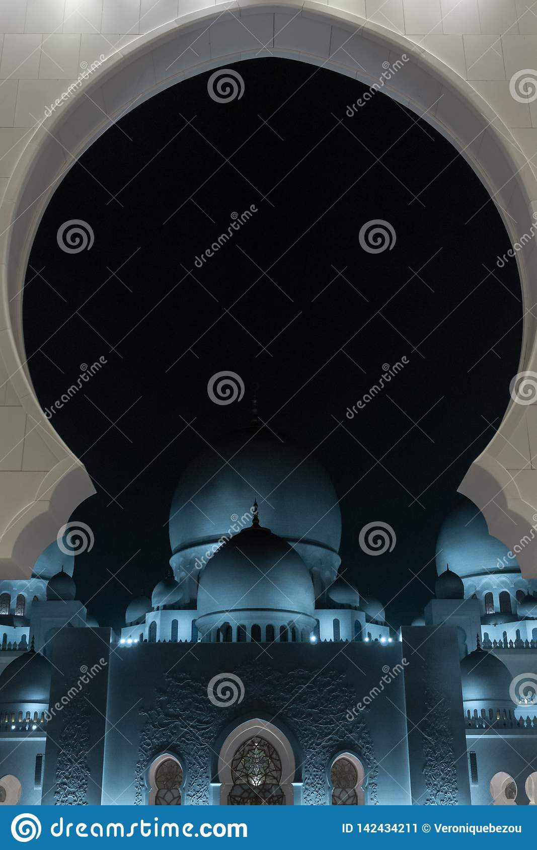 扎耶德Grand Mosque回教族长在晚上,阿布扎比,阿拉伯联合酋长国