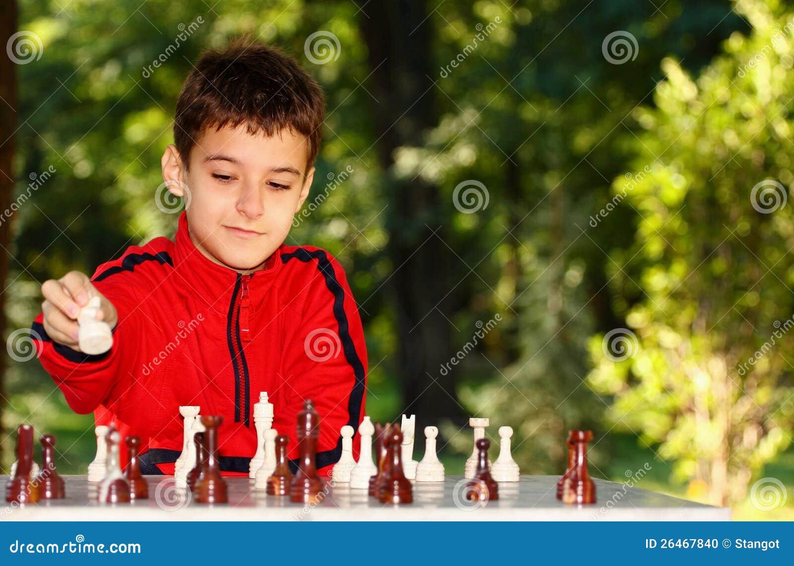 打一盘象棋的男孩