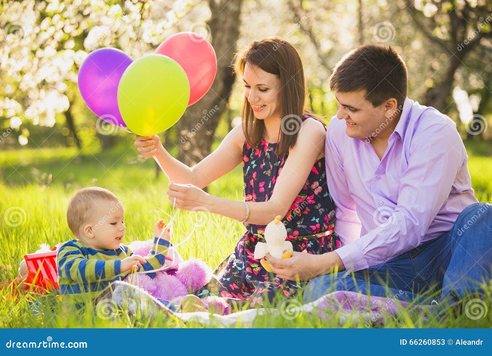 打与小儿子的爸爸和妈妈比赛外面春天bloo的