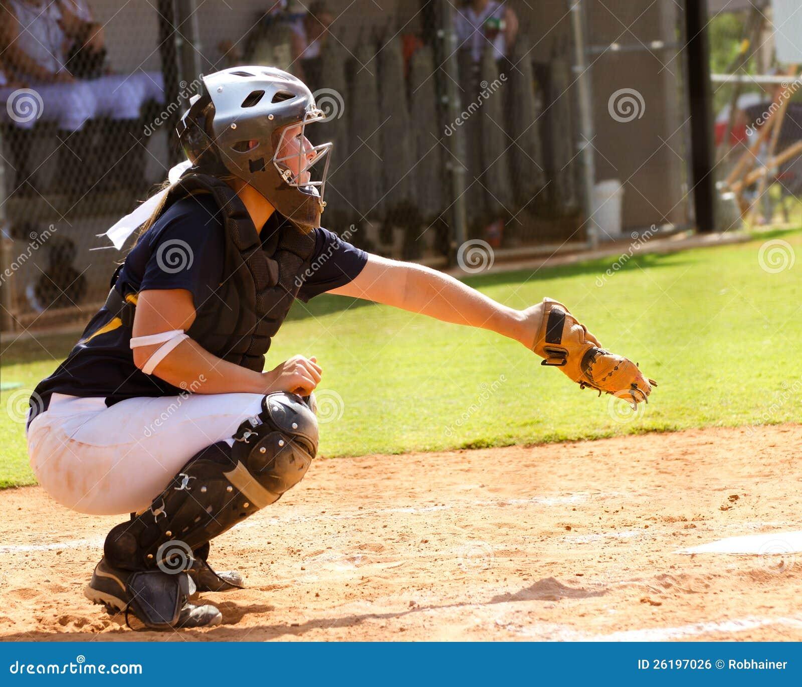 打垒球的青少年的女孩