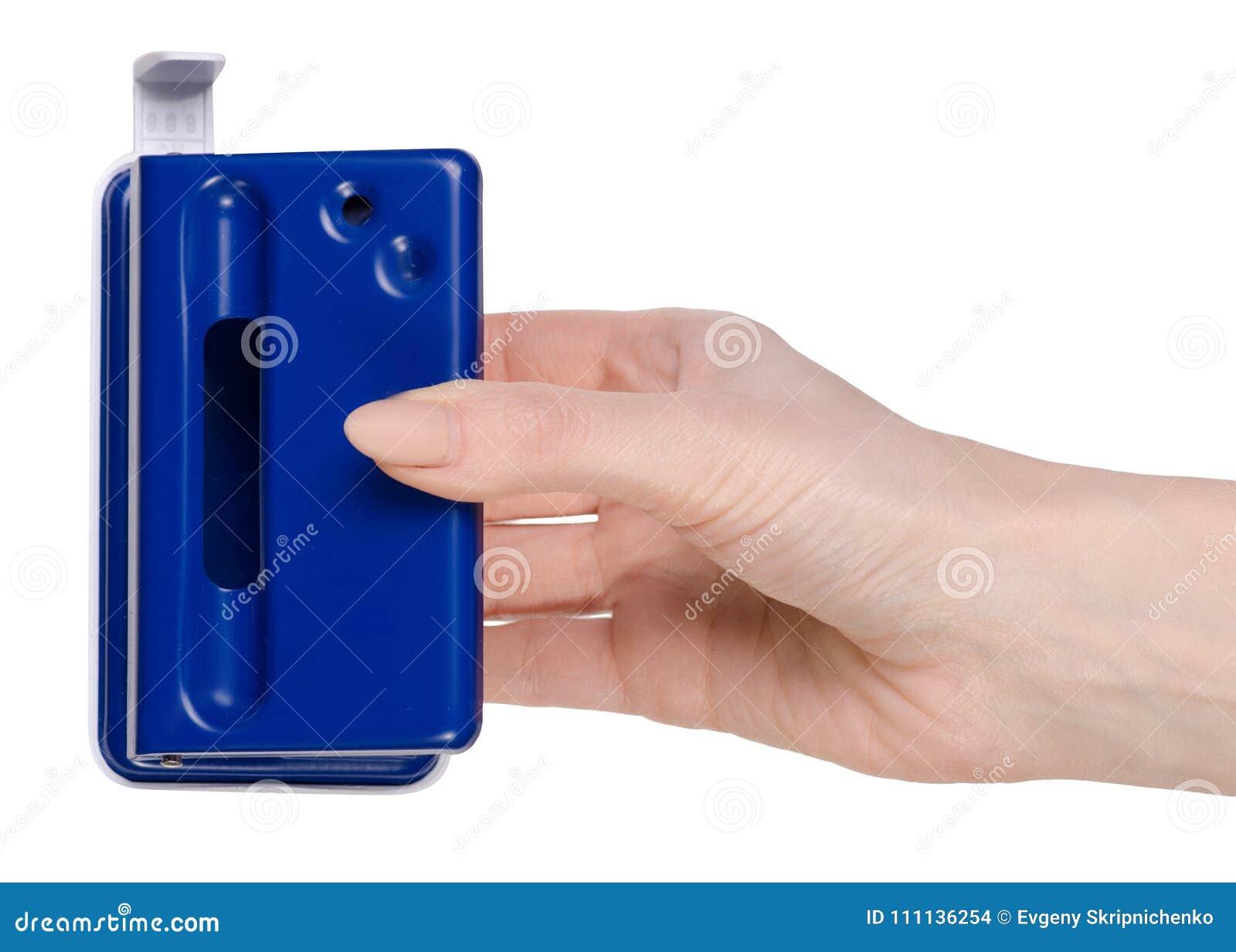 打孔器在被隔绝的手上