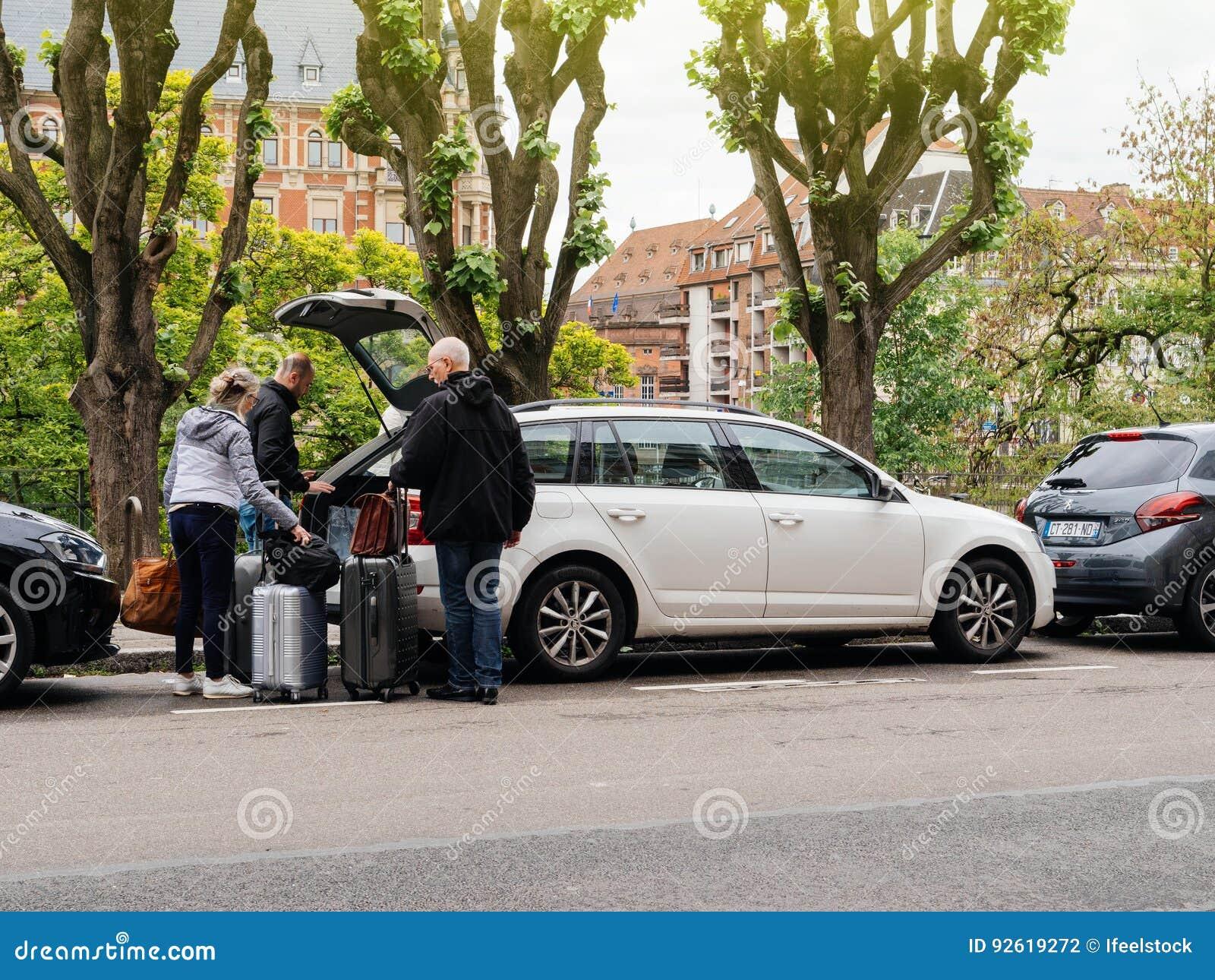 打开投入行李的树干人在大树干