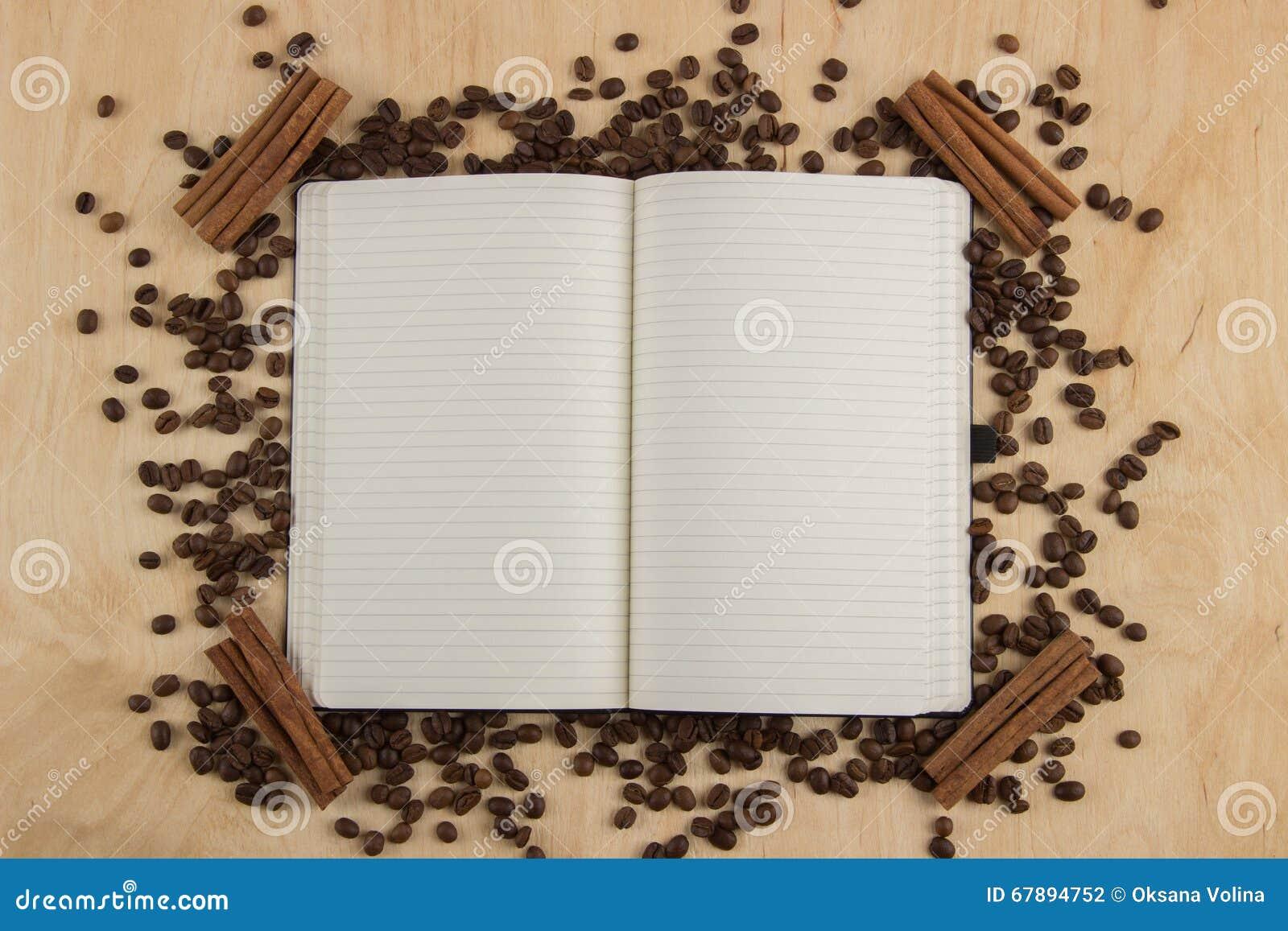 打开有被排行的页的笔记本在驱散的桌上