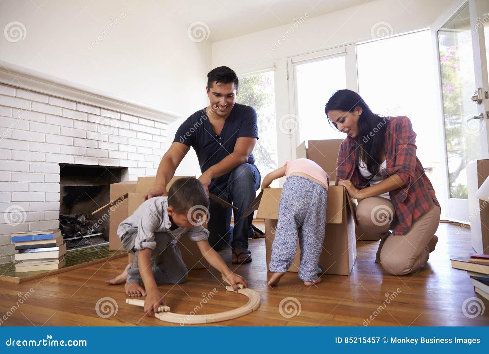 打开箱子的家庭在新的家在移动的天