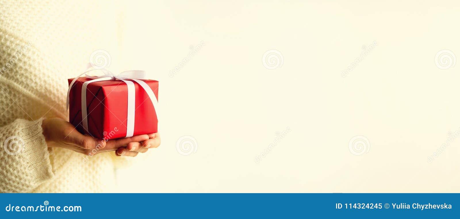 打开红色礼物盒,拷贝空间的女性手 圣诞节、新年、生日聚会、华伦泰` s天、母亲` s和妇女
