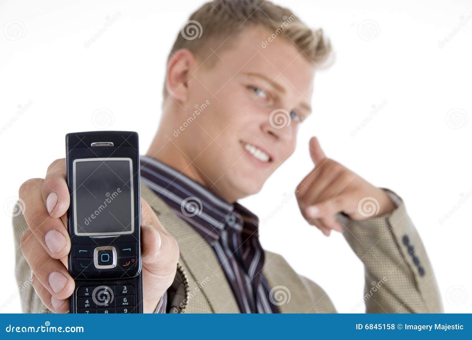 打手势他的男性电话陈列的电池