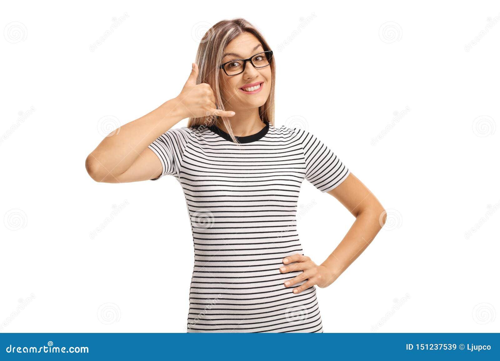 打手势年轻白肤金发的妇女告诉我用手