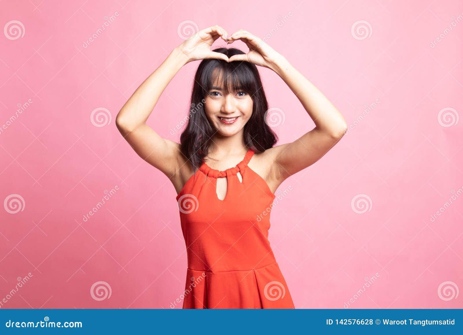 打手势心脏手标志的年轻亚裔妇女