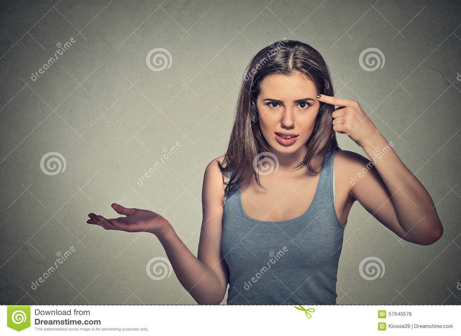 打手势要求的恼怒的少妇是您疯狂?