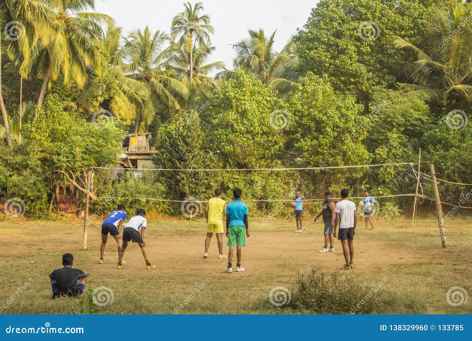 打排球的印度人户外在一个绿色密林领域