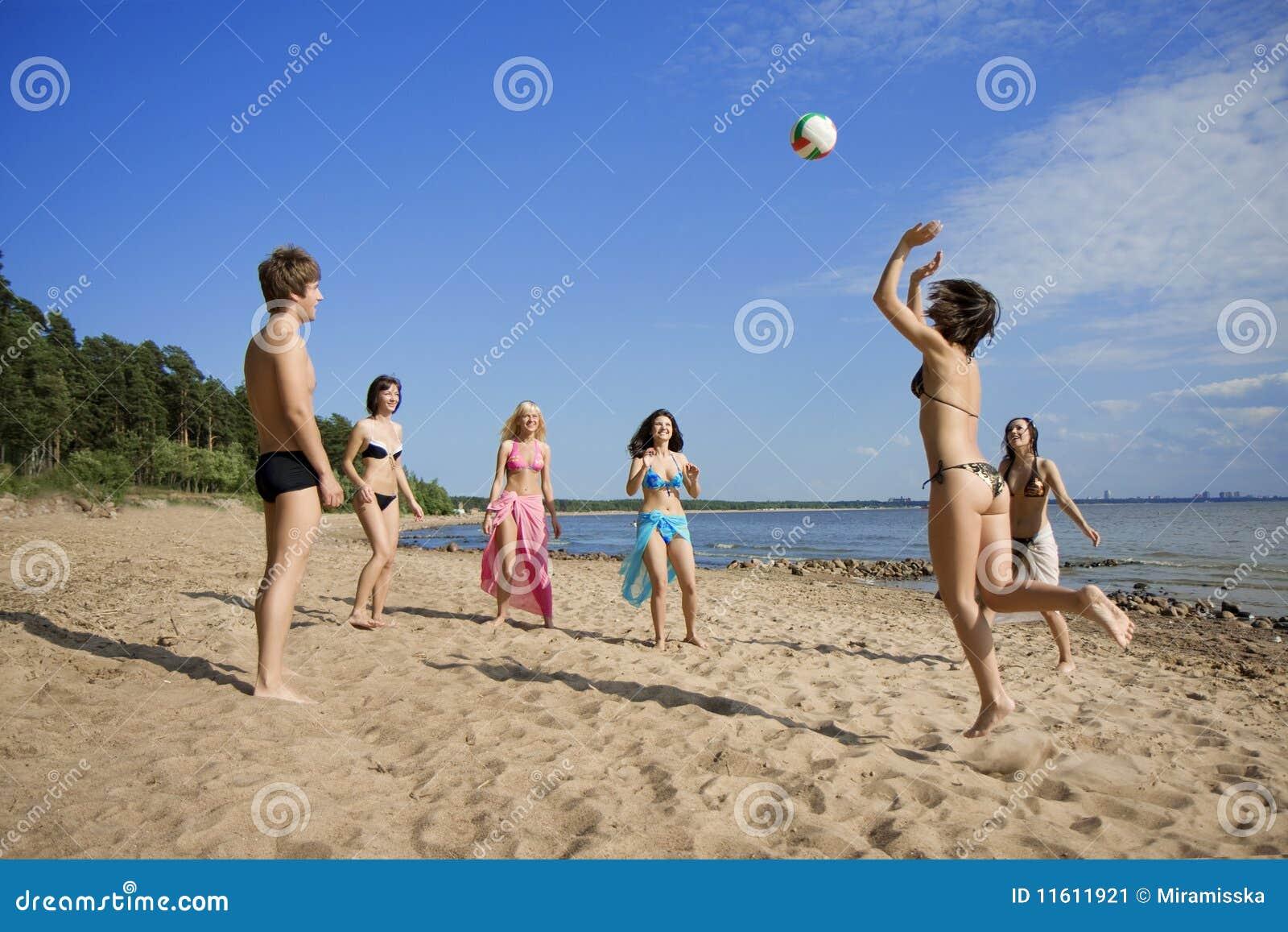 打排球的海滩人