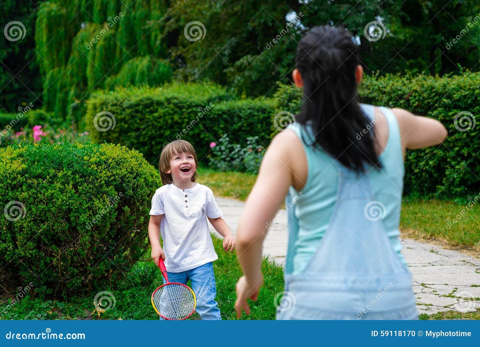 打羽毛球的母亲和儿子在公园