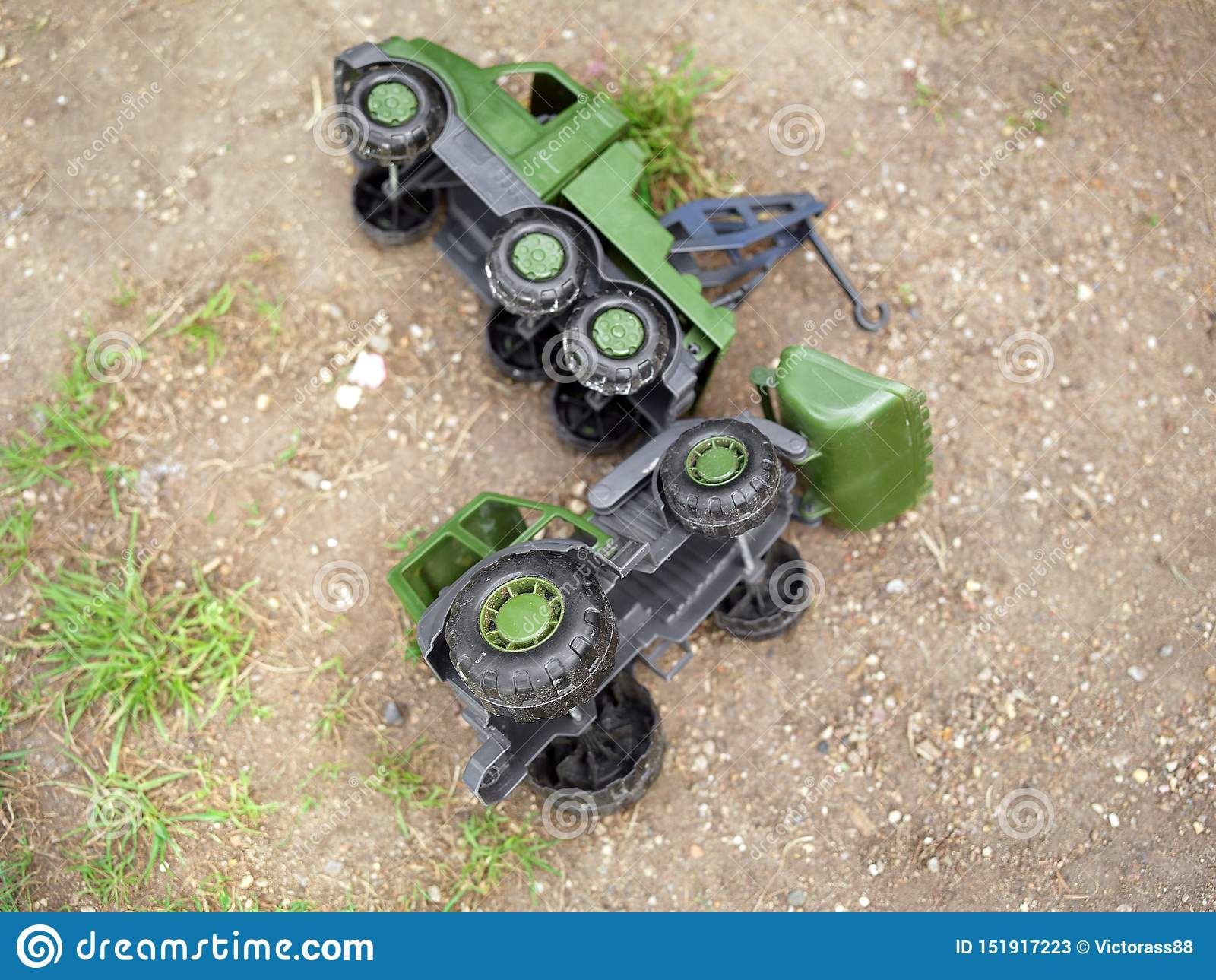 打翻在玩具军事运输