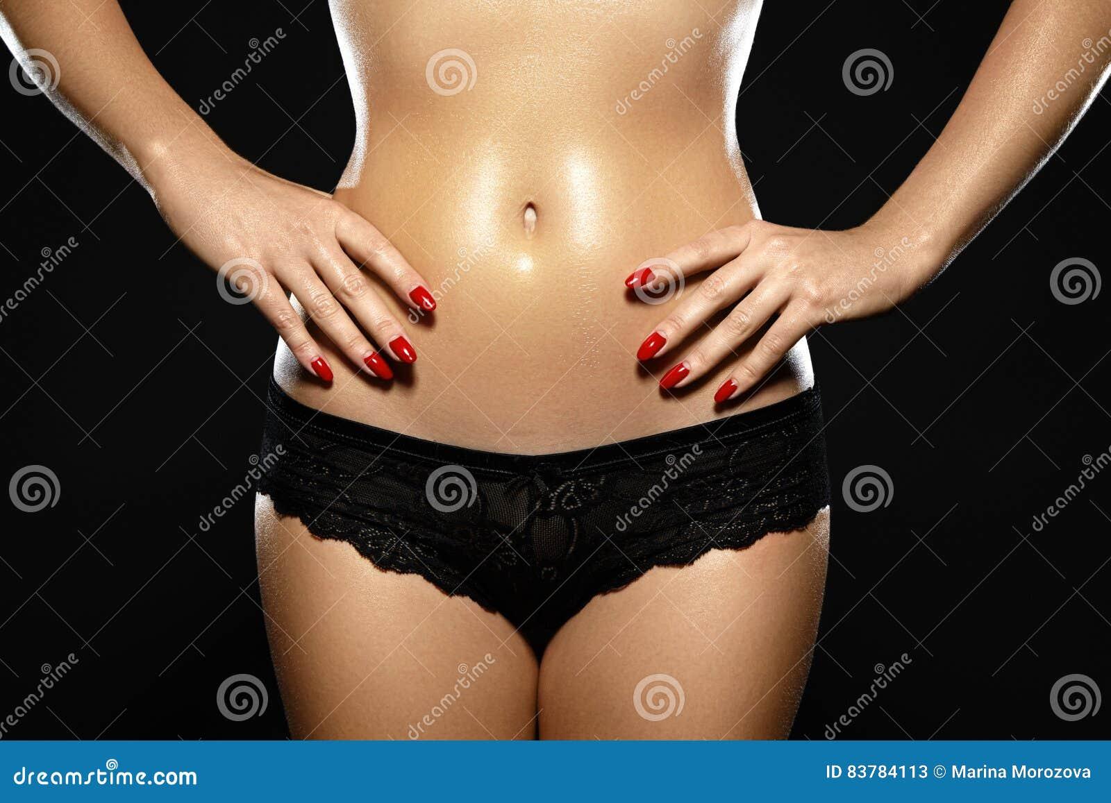 打蜡美丽的妇女的 一个性感的身体塑造的巴西激光头发撤除比基尼泳装线 佩带黑la的性感的女性特写镜头