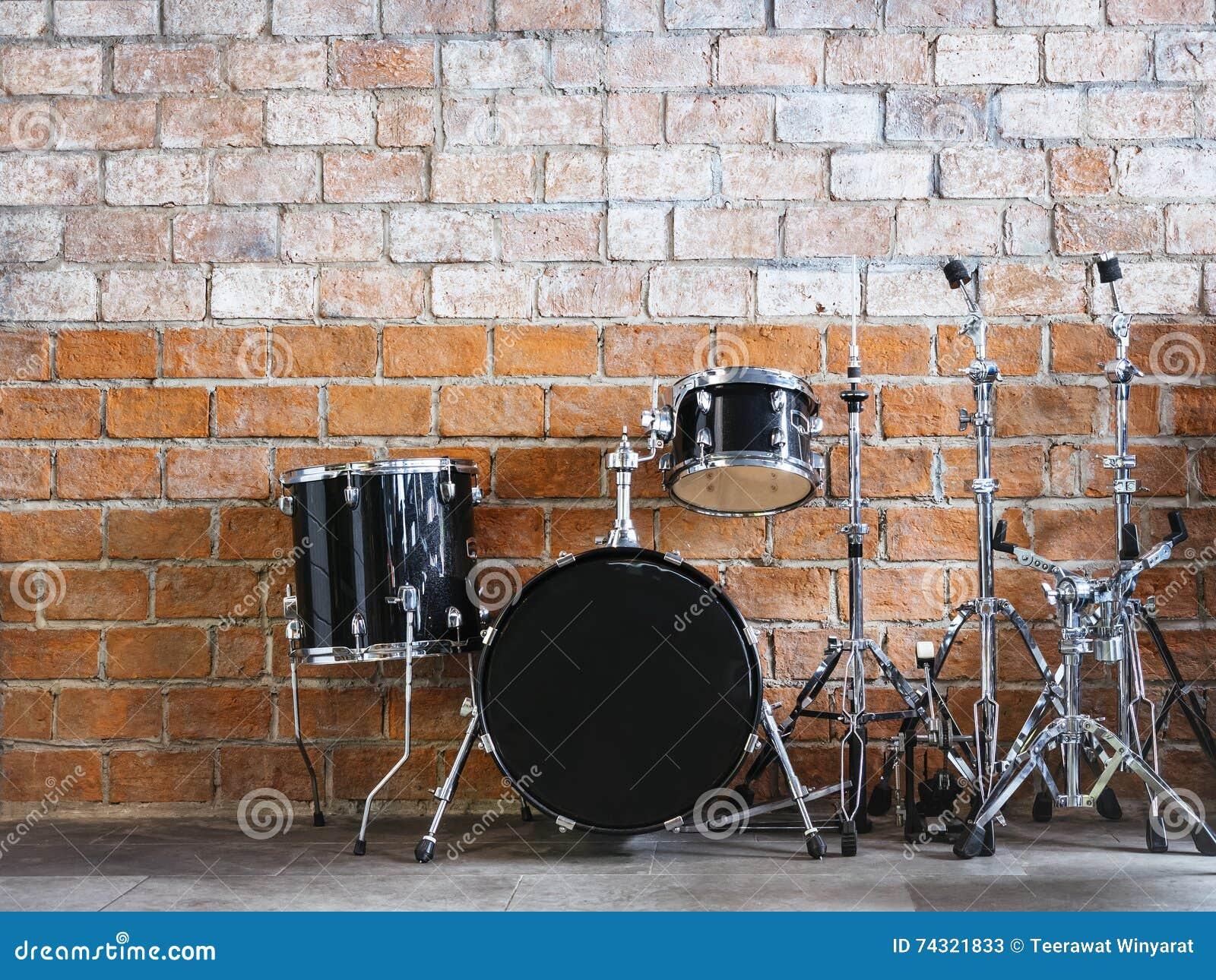 打鼓在砖墙上的乐器声测设备