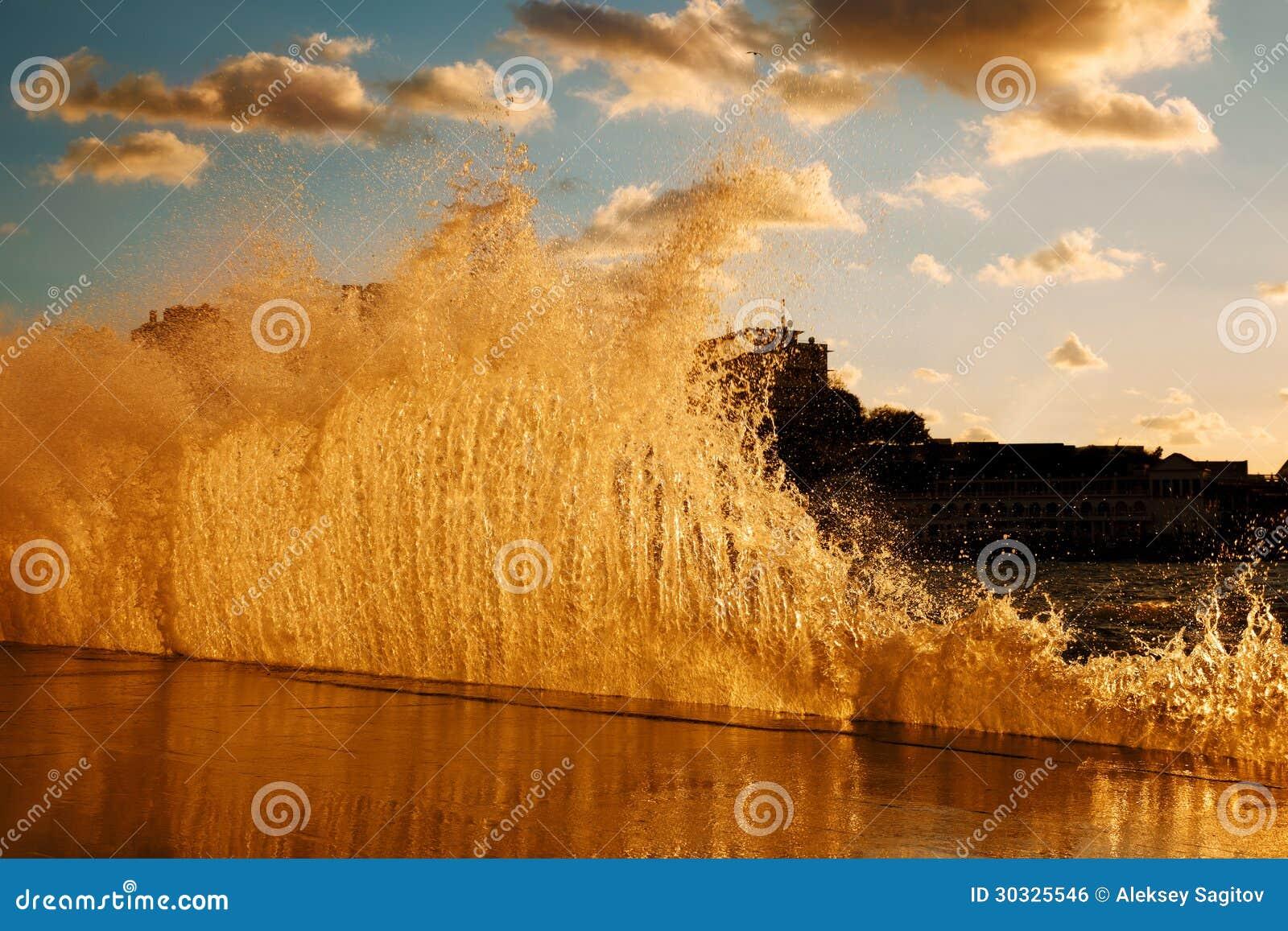 打破在跳船的波浪