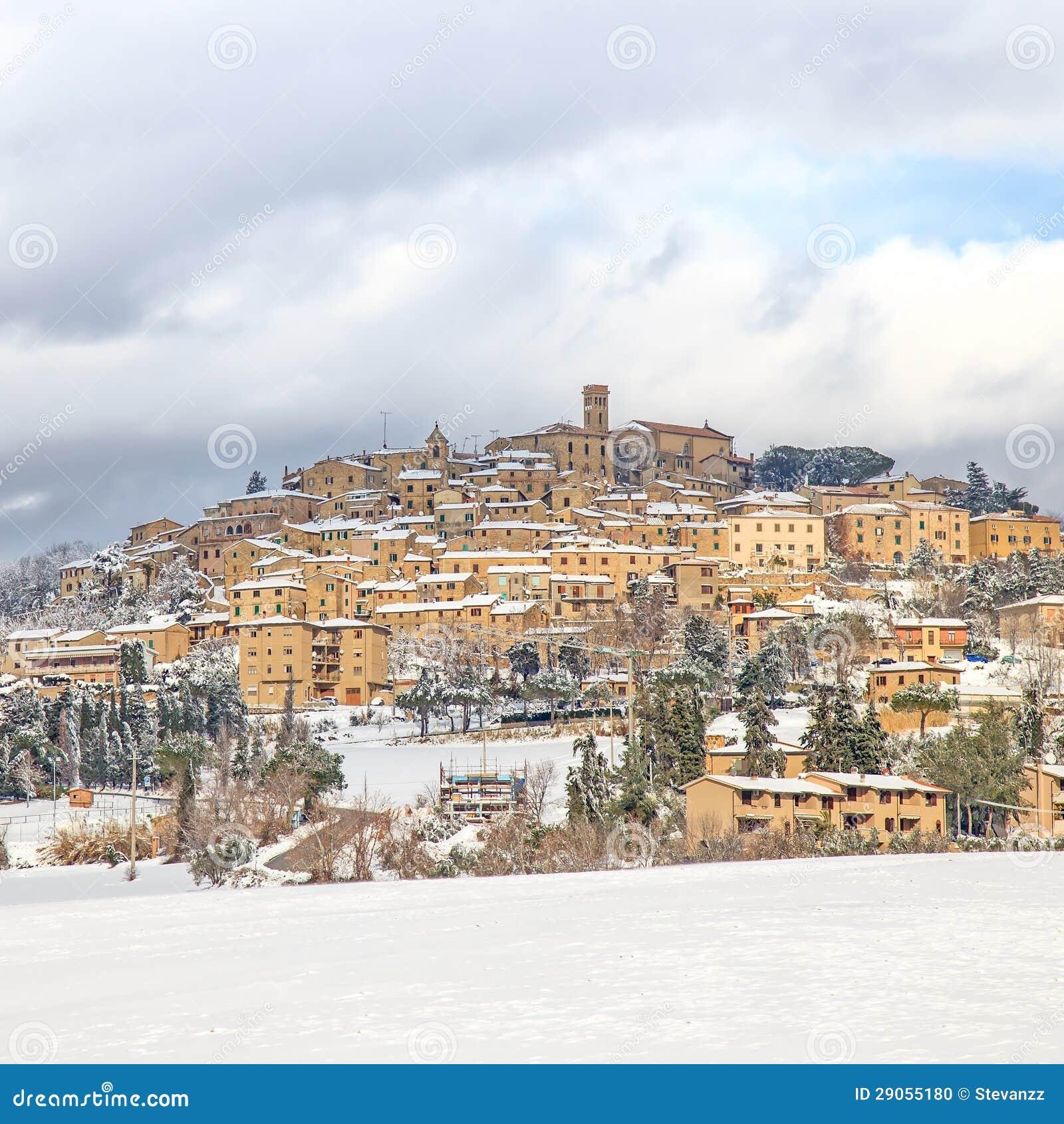 托斯卡纳,雪包括的Casale Marittimo村庄在冬天。 意大利