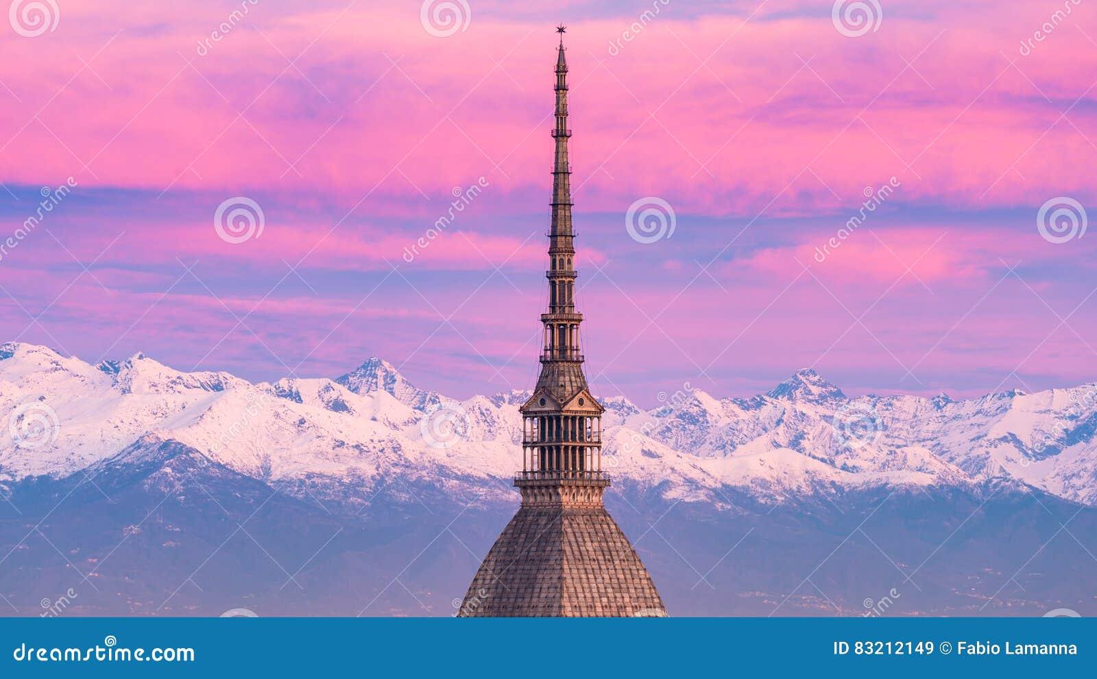 托里诺都灵,意大利:在日出的都市风景与痣耸立在城市的Antonelliana的细节 风景五颜六色的光